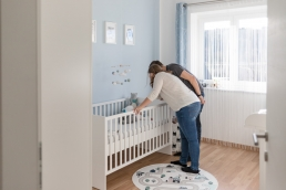Familie mit Baby bei Fotoshooting Homestory