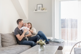 Baby mit Mama und Papa bei Fotoshooting Homestory