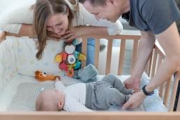 Mama, Papa mit Baby bei Fotoshooting Homestory