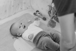 lachendes Baby bei Fotoshooting Homestory