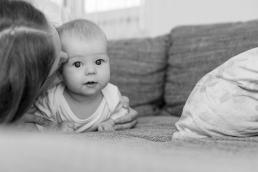 Mama mit Baby bei Fotoshooting Homestory
