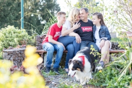 natürliche Familienfotos im Garten mit Hund