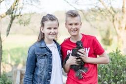 natürliche Familienfotos im Hühnerstall
