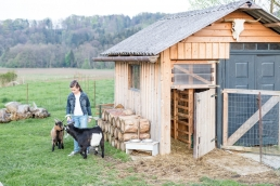 Kinderfotografie mit Ziegen im Garten