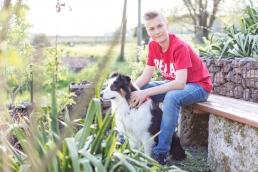 natürliche Kinderfotos im Garten mit Hund