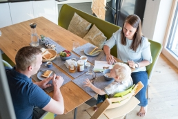Familie Frühstück bei Fotoshooting Zuhause