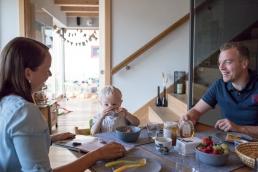Familie bei Frühstück bei Fotoshooting Zuhause