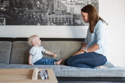 Mama und Kind bei Fotoshooting Zuhause