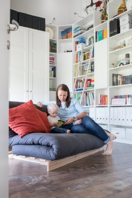 Mama und Kind in Bücherei bei Fotoshooting Zuhause