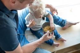 Papa und Kind bei Fotoshooting Zuhause