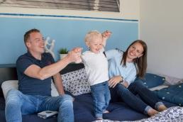 Familie beim kuscheln bei Fotoshooting Zuhause