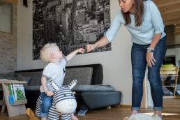 Mama und Sohn bei Fotoshooting Zuhause