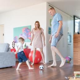 Familie spielt Fußball im Wohnzimmer bei Homestory