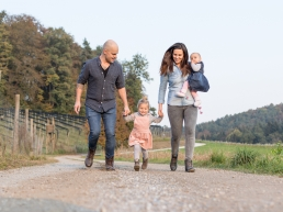 Familie läuft Hand in Hand bei Familienshooting