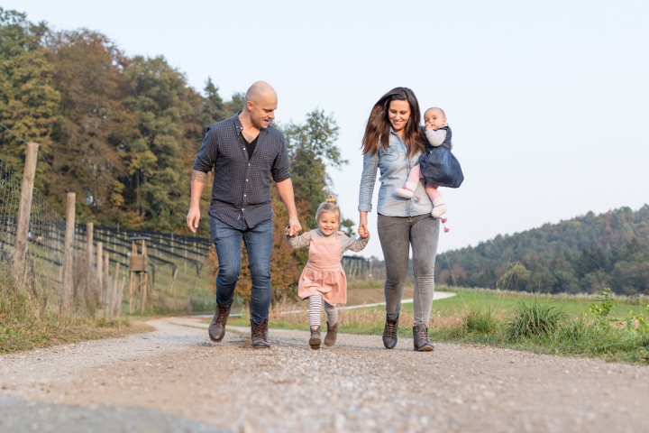 Familie läuft Hand in Hand bei Familienshooting