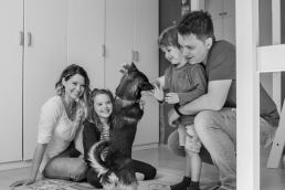 Familie bei Fotoshooting Zuhause