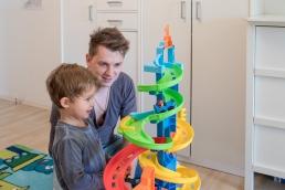 Papa und Sohn bei Fotoshooting Zuhause
