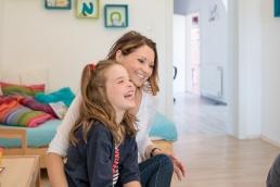 Mama und Tochter bei Fotoshooting Zuhause