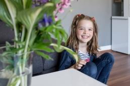 Mädchen neben Couch bei Fotoshooting Zuhause