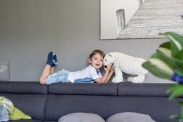 Bub auf couch bei Fotoshooting Zuhause