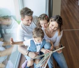 Familienfotos your story photography - Eltern und Kinder lesen ein Buch