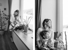 Mama und Sohn auf Fensterbank bei Fotoshooting Zuhause
