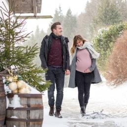 Babybauchfoto im Winter mit tollen Outfits