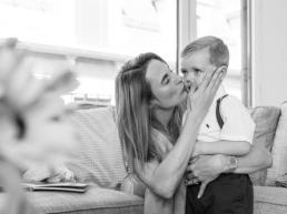 Familienfoto Mama küsst Sohn