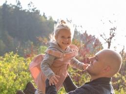 Vater wirft Tochter in die Luft - Familienshooting