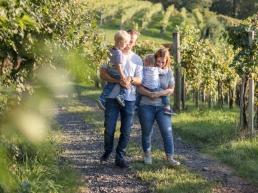 Mama und Papa mit Kindern im Arm bei Familienshooting in Südsteiermark