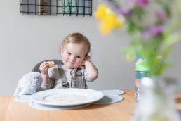 Mächen beim Essen bei Homestory Familienfotos in der Schweiz