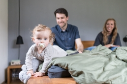 Eltern mit Tochter bei Homestory Fotoshooting