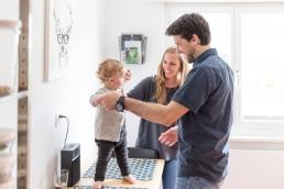 Eltern mit Tochter tanzen bei Homestory Fotoshooting