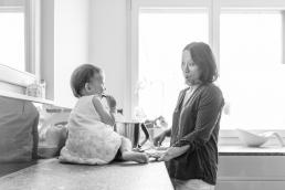 Mama und Tochter beim Kuchen backen bei Homestory Fotoshooting