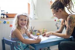 Mama und Tochter beim Malen während Homestory Fotoshooting