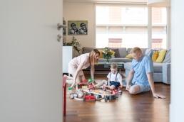Mama, Papa und Sohn spielen Zuhause bei Homestory Fotoshooting
