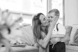 Mama und Sohn kuscheln Zuhause bei Homestory Fotoshooting