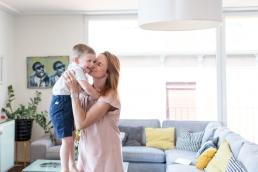 Mama und Sohn spielen abfangen Zuhause bei Homestory Fotoshooting