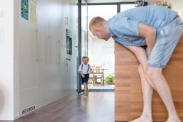 Papa und Sohn spielen abfangen Zuhause bei Homestory Fotoshooting