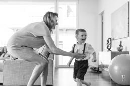 Mama und Sohn lachen Zuhause bei Homestory Fotoshooting