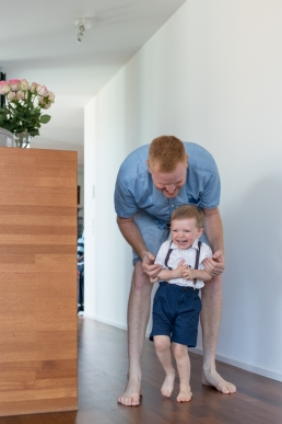 Papa und Sohn bei Homestory Fotoshooting