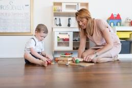 Mama und Sohn Spielen Zuhause bei Homestory Fotoshooting