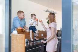 Familienfotos in der Küche mit Äpfel bei Homestory