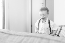 Lachender Junge bei Homestory Fotoshooting