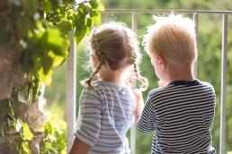 Geschwister von hinten bei Fotoshooting in Südsteiermark