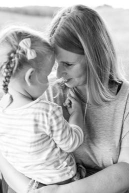 Mama und Tochter Augenkontakt bei Fotoshooting in Südsteiermark