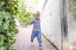 Kleiner Junge beim Laufen bei Fotoshooting