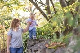 Mama und Tochter Hand in Hand bei Fotoshooting in Südsteiermark
