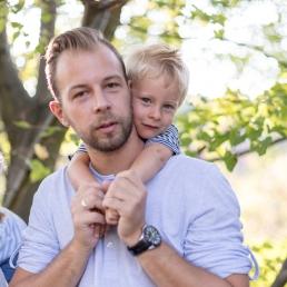 Papa und Sohn bei Fotoshooting