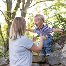 Bub springt in Mamas Arme bei Fotoshooting